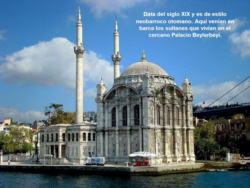Data del siglo XIX y es de estilo neobarroco otomano