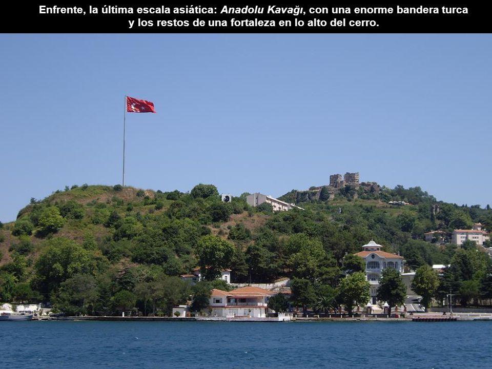 Enfrente, la última escala asiática: Anadolu Kavağı, con una enorme bandera turca y los restos de una fortaleza en lo alto del cerro.