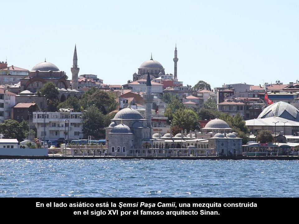 En el lado asiático está la Şemsi Paşa Camii, una mezquita construida