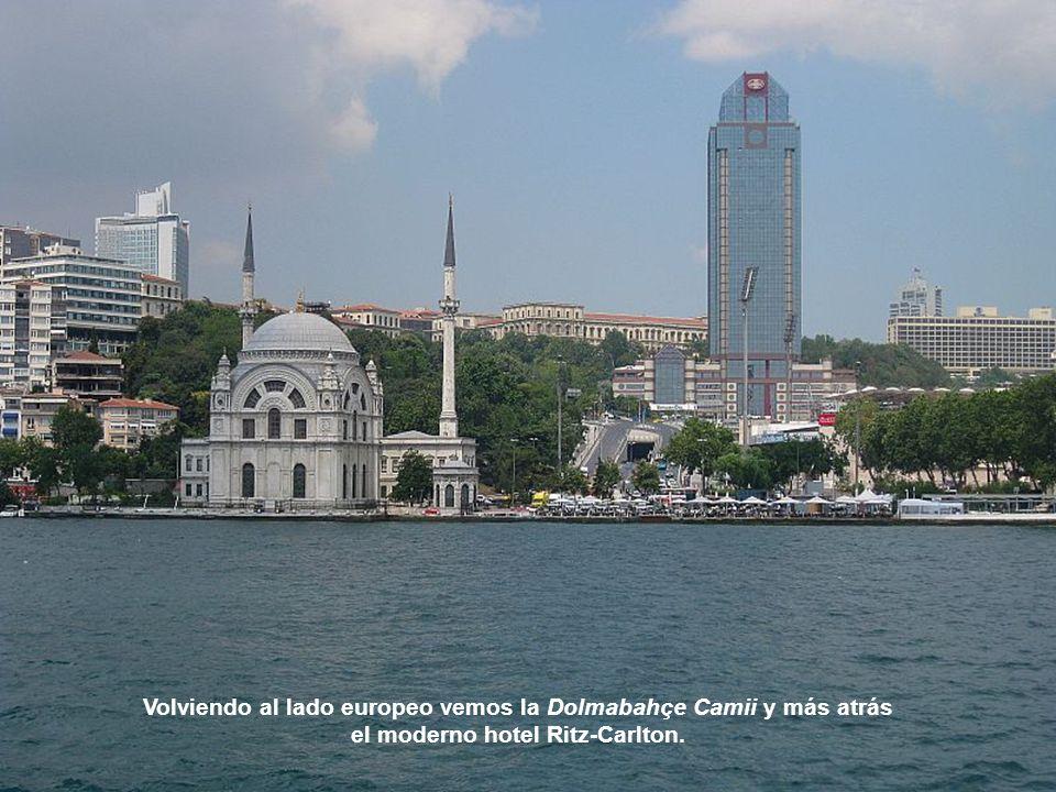 Volviendo al lado europeo vemos la Dolmabahçe Camii y más atrás