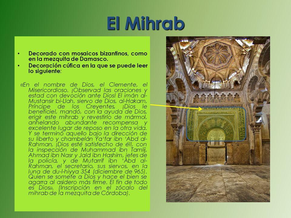 El Mihrab Decorado con mosaicos bizantinos, como en la mezquita de Damasco. Decoración cúfica en la que se puede leer lo siguiente: