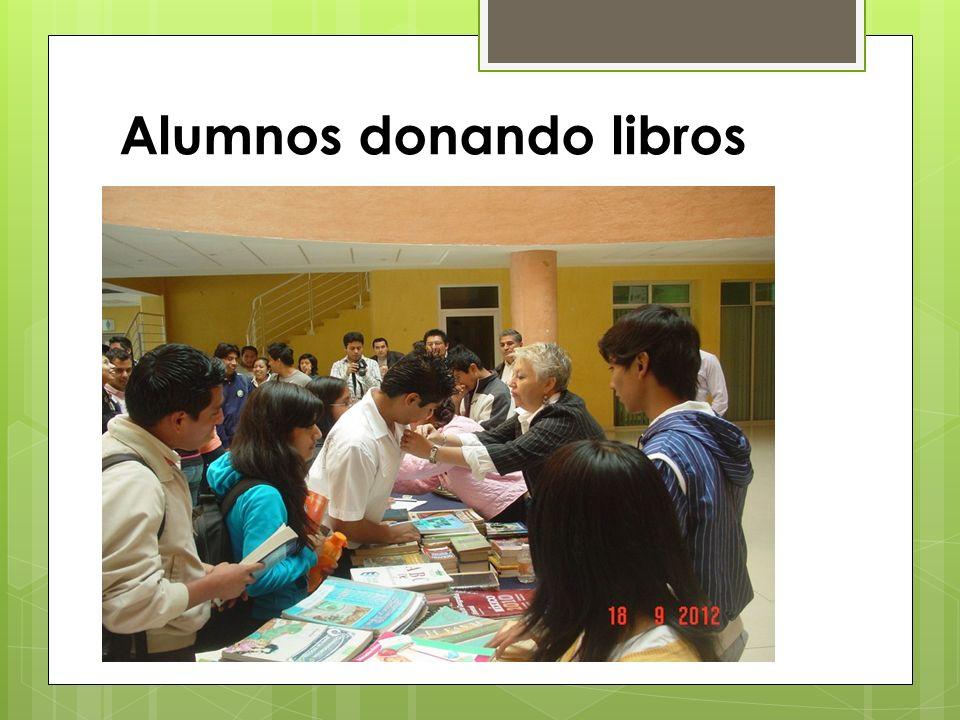 Alumnos donando libros