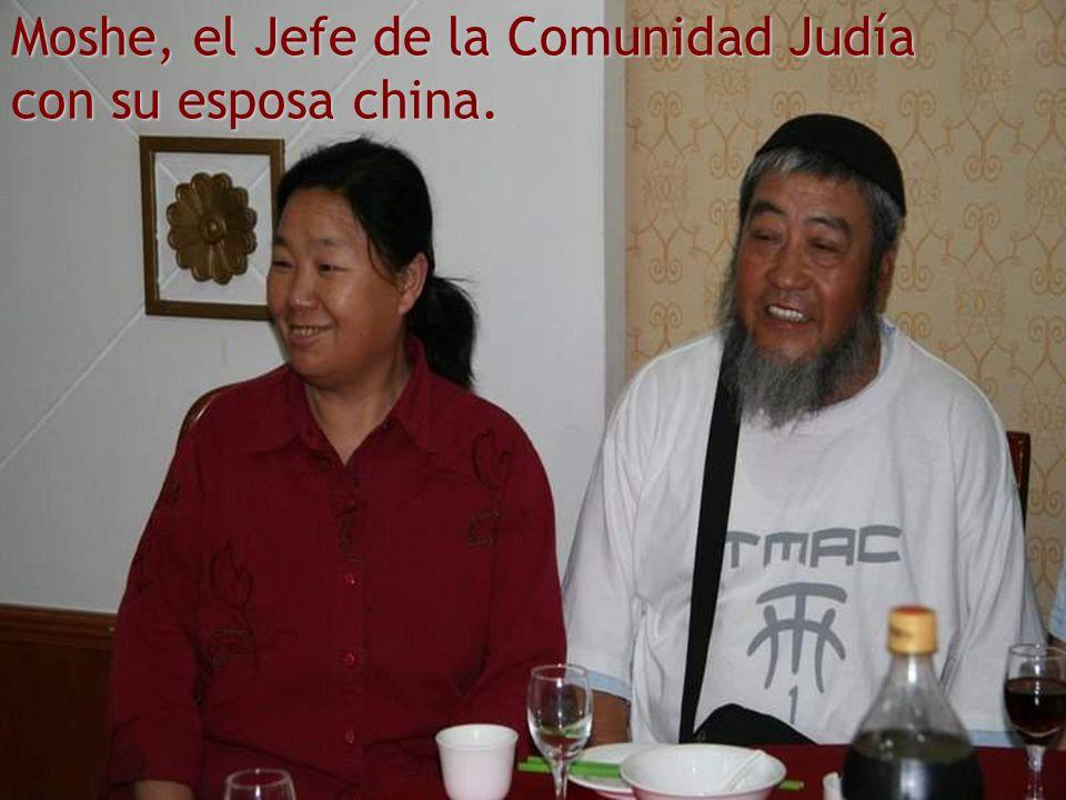 Moshe, el Jefe de la Comunidad Judía con su esposa china.