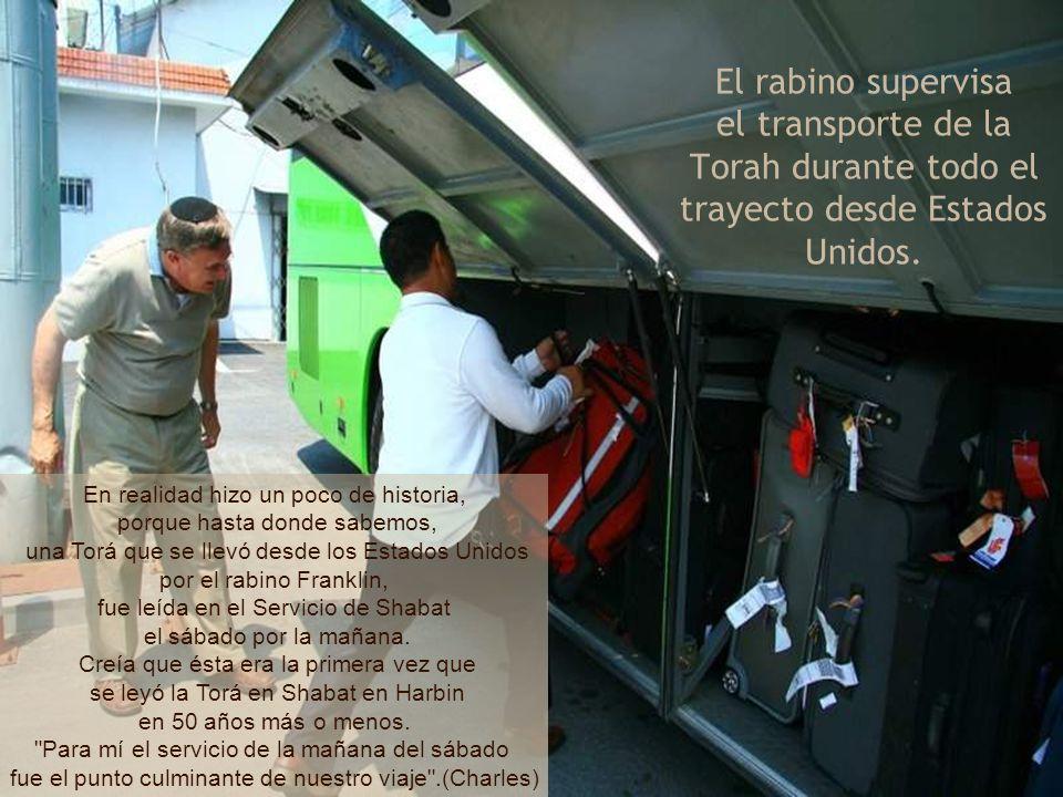 El rabino supervisa el transporte de la Torah durante todo el trayecto desde Estados Unidos.