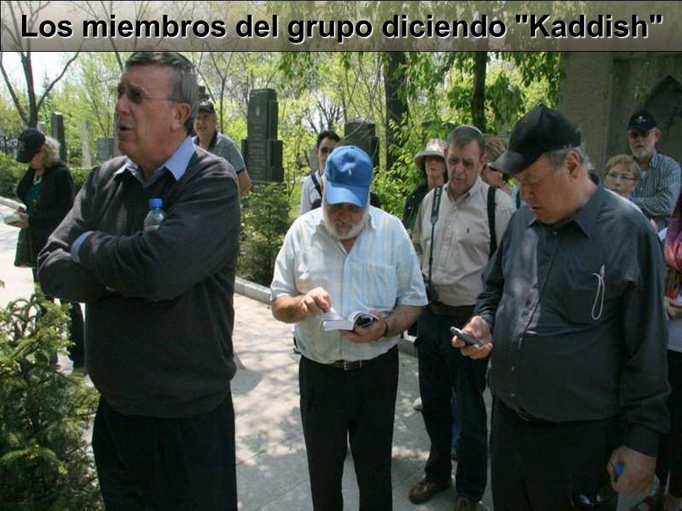 Los miembros del grupo diciendo Kaddish