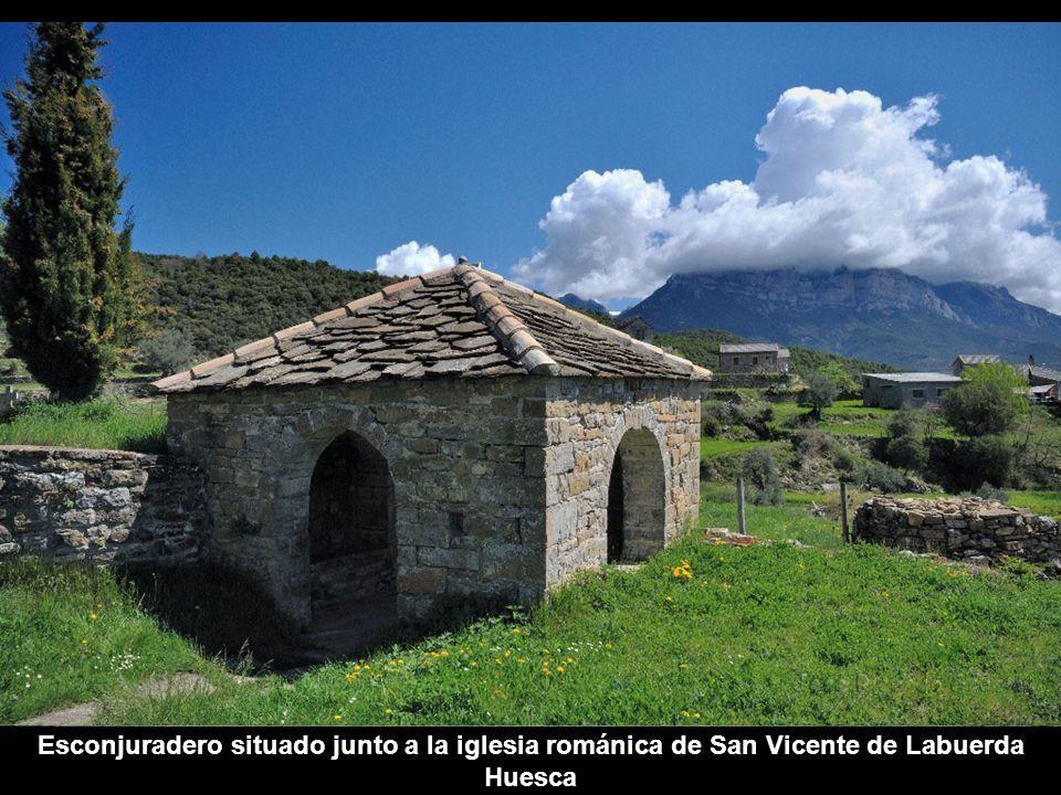 Esconjuradero situado junto a la iglesia románica de San Vicente de Labuerda Huesca
