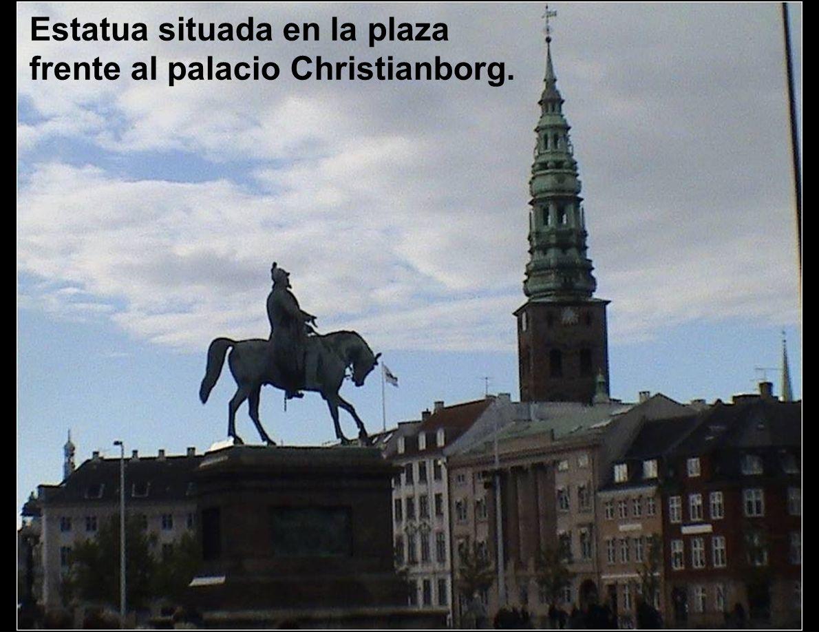 Estatua situada en la plaza frente al palacio Christianborg.