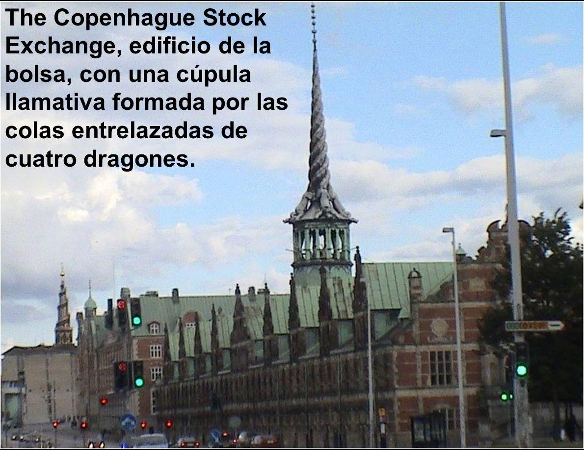 The Copenhague Stock Exchange, edificio de la bolsa, con una cúpula llamativa formada por las colas entrelazadas de cuatro dragones.