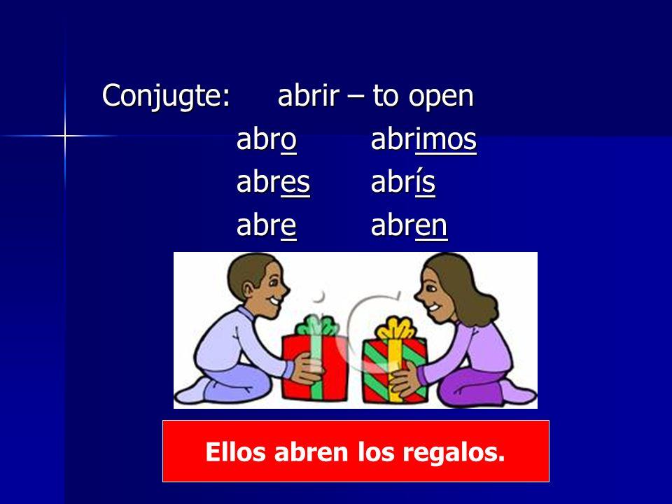 Ellos abren los regalos.