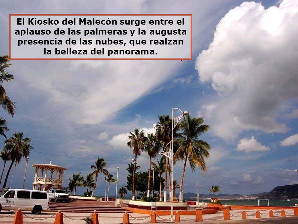 El Kiosko del Malecón surge entre el aplauso de las palmeras y la augusta presencia de las nubes, que realzan la belleza del panorama.