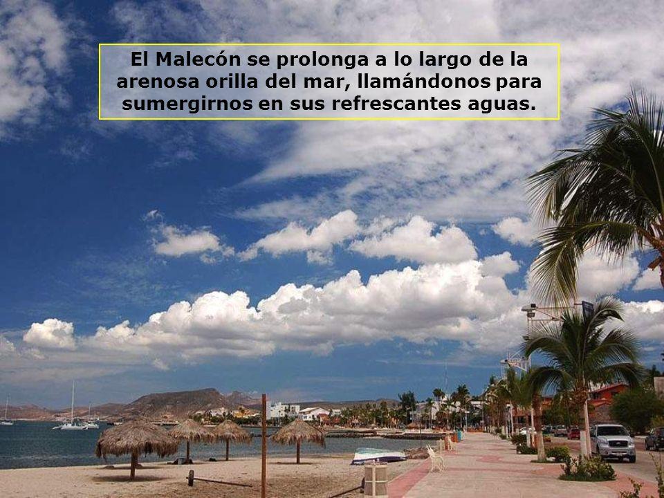 El Malecón se prolonga a lo largo de la arenosa orilla del mar, llamándonos para sumergirnos en sus refrescantes aguas.