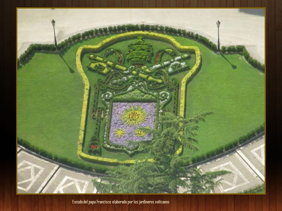Escudo del papa Francisco elaborado por los jardineros vaticanos