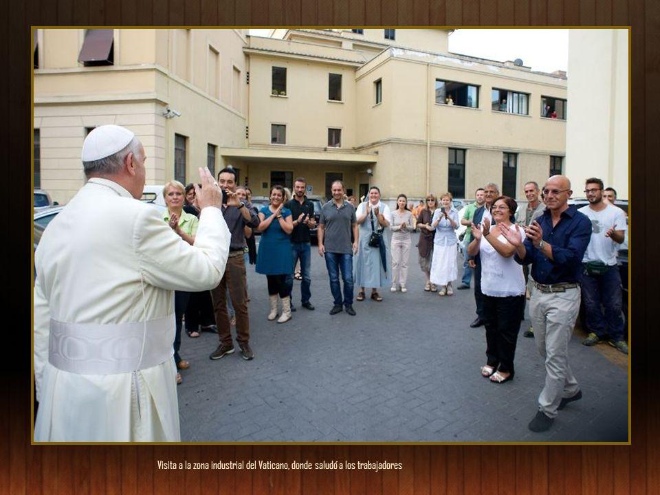 Visita a la zona industrial del Vaticano, donde saludó a los trabajadores