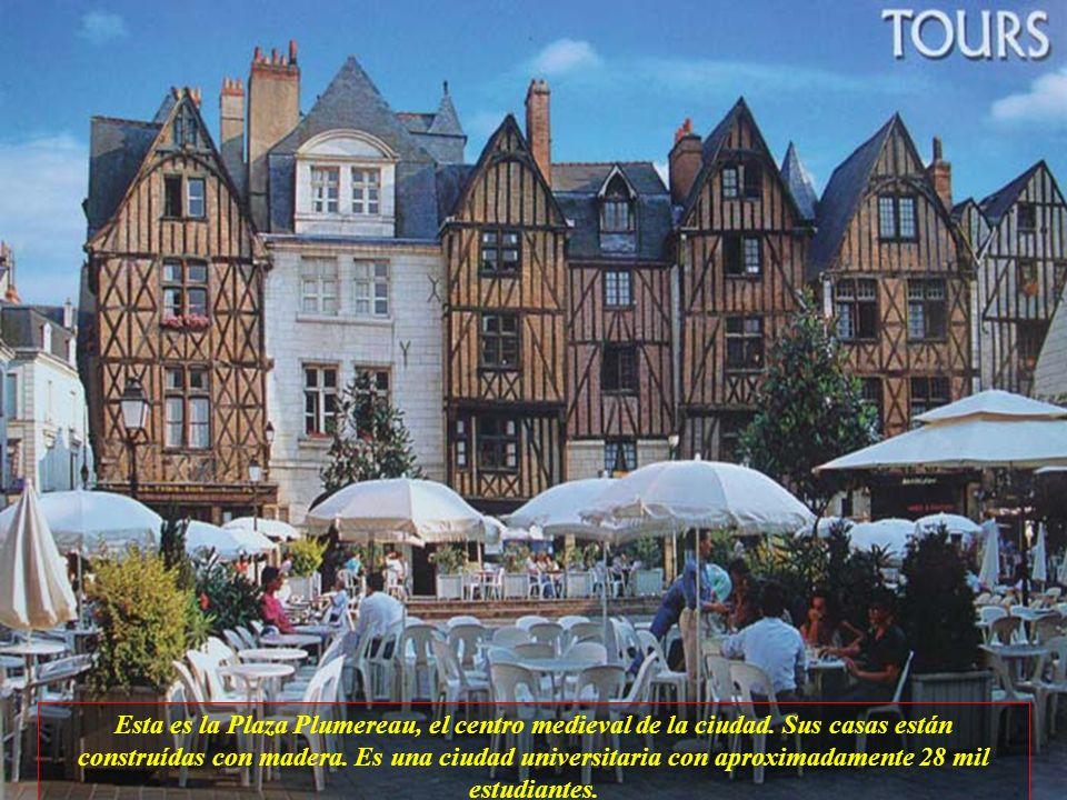 Esta es la Plaza Plumereau, el centro medieval de la ciudad