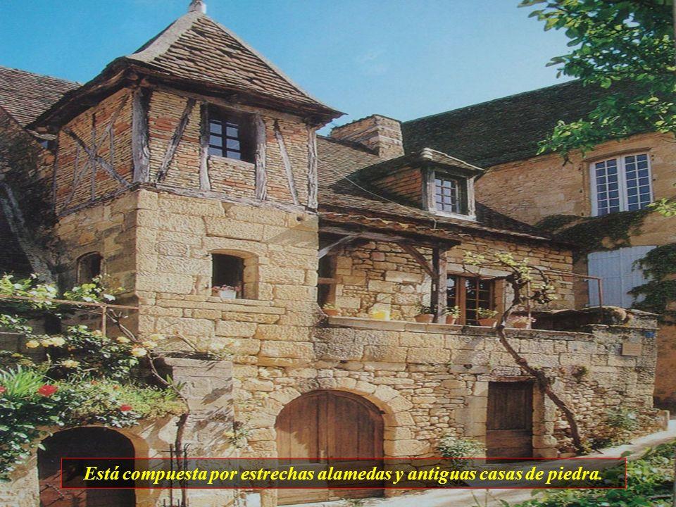 Está compuesta por estrechas alamedas y antiguas casas de piedra.