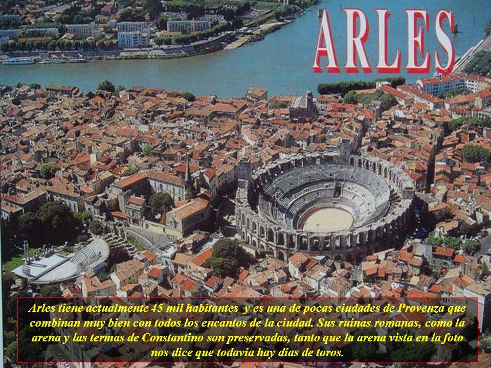 Arles tiene actualmente 45 mil habitantes y es una de pocas ciudades de Provenza que combinan muy bien con todos los encantos de la ciudad.