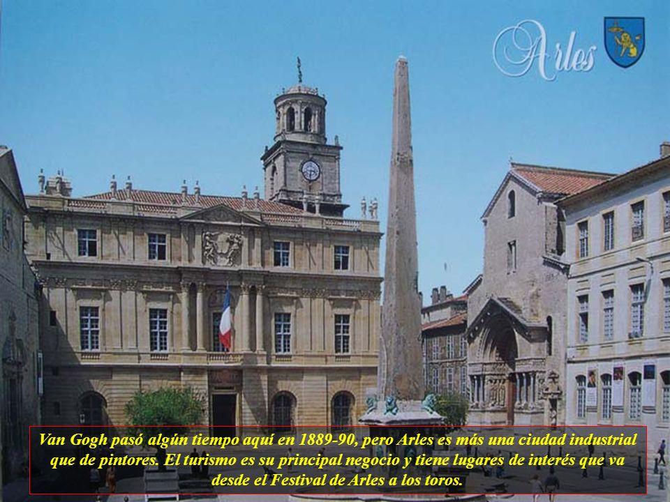 Van Gogh pasó algún tiempo aquí en 1889-90, pero Arles es más una ciudad industrial que de pintores.
