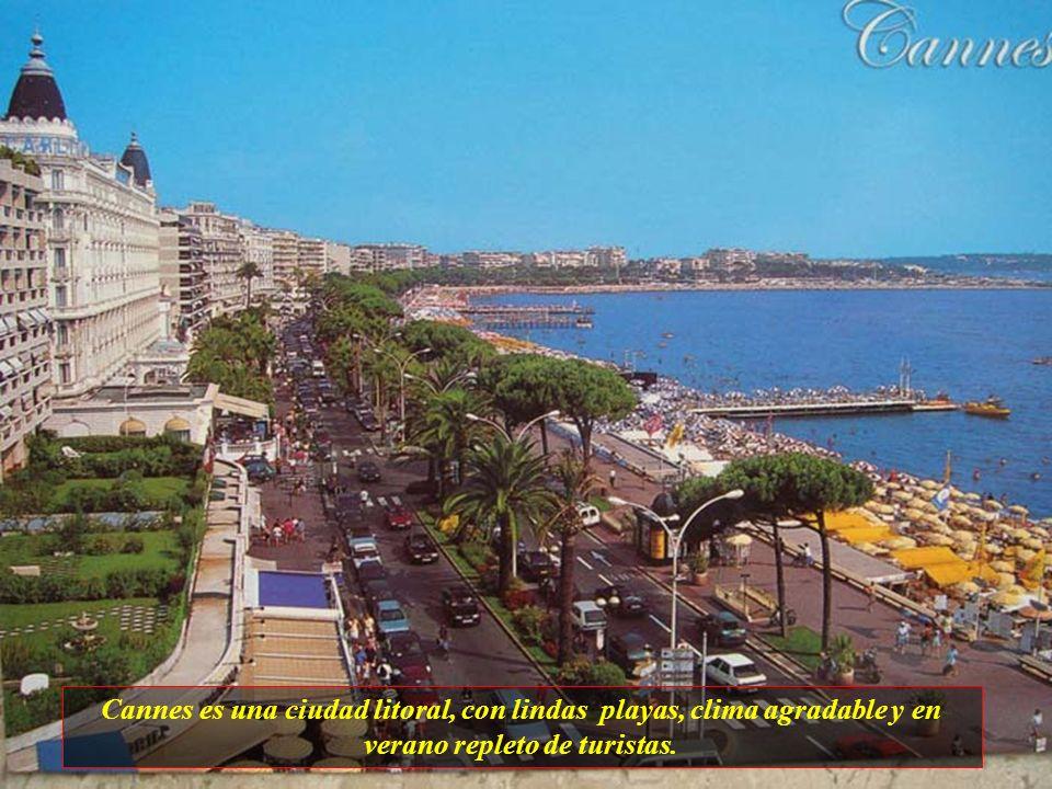 Cannes es una ciudad litoral, con lindas playas, clima agradable y en verano repleto de turistas.