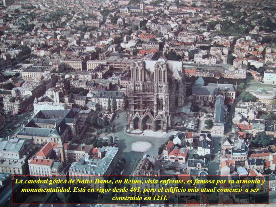 La catedral gótica de Notre-Dame, en Reims, vista enfrente, es famosa por su armonia y monumentalidad.