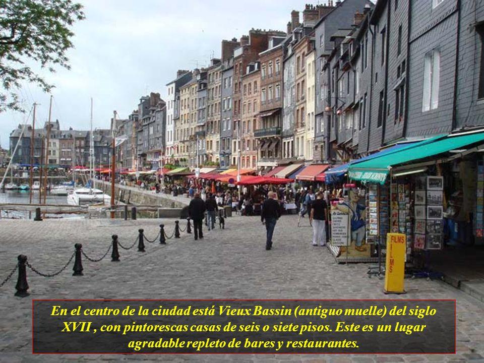 En el centro de la ciudad está Vieux Bassin (antiguo muelle) del siglo XVII , con pintorescas casas de seis o siete pisos.
