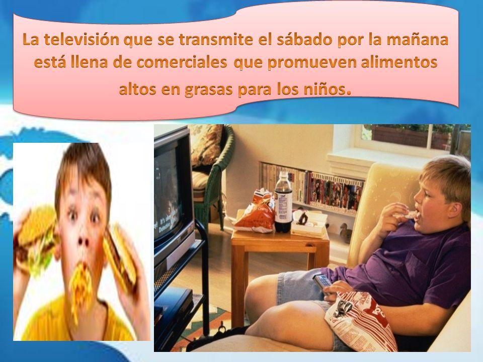 La televisión que se transmite el sábado por la mañana está llena de comerciales que promueven alimentos altos en grasas para los niños.