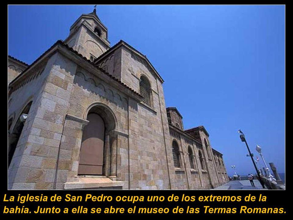 La iglesia de San Pedro ocupa uno de los extremos de la bahía