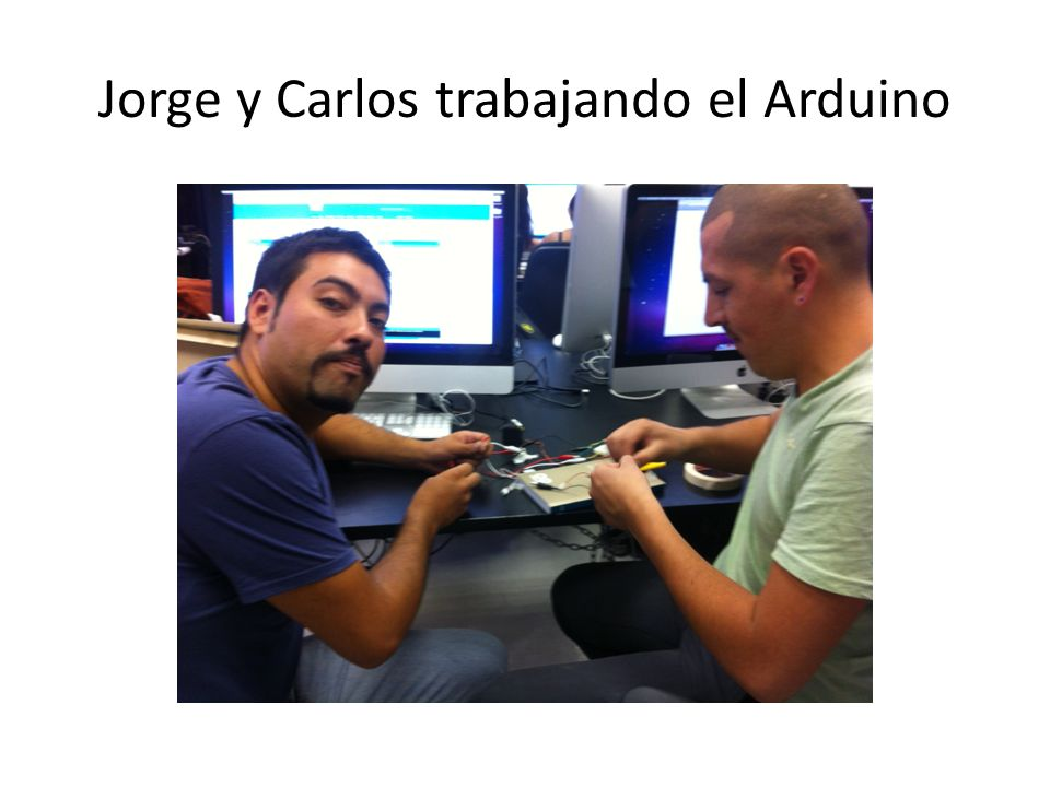Jorge y Carlos trabajando el Arduino