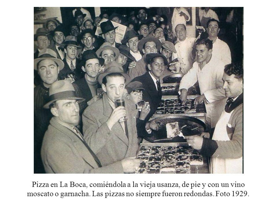 Pizza en La Boca, comiéndola a la vieja usanza, de pie y con un vino moscato o garnacha.