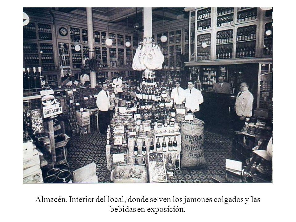 Almacén. Interior del local, donde se ven los jamones colgados y las bebidas en exposición.