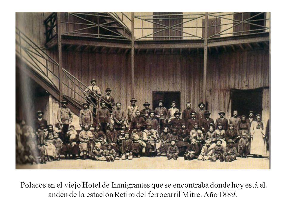 Polacos en el viejo Hotel de Inmigrantes que se encontraba donde hoy está el andén de la estación Retiro del ferrocarril Mitre.