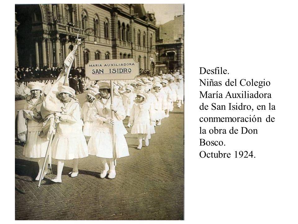 Desfile. Niñas del Colegio María Auxiliadora de San Isidro, en la conmemoración de la obra de Don Bosco.