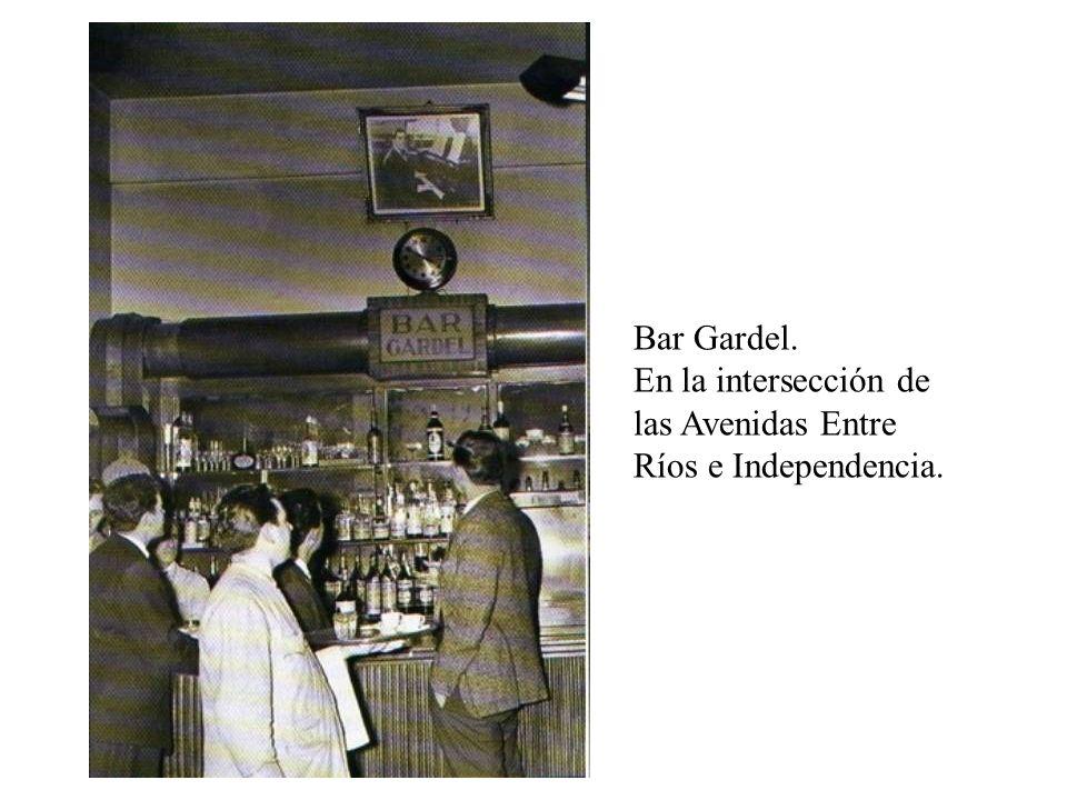 Bar Gardel. En la intersección de las Avenidas Entre Ríos e Independencia.