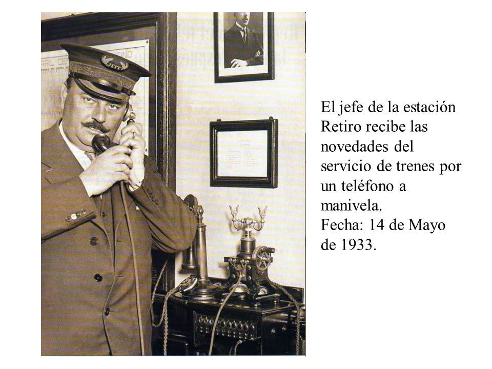 El jefe de la estación Retiro recibe las novedades del servicio de trenes por un teléfono a manivela.