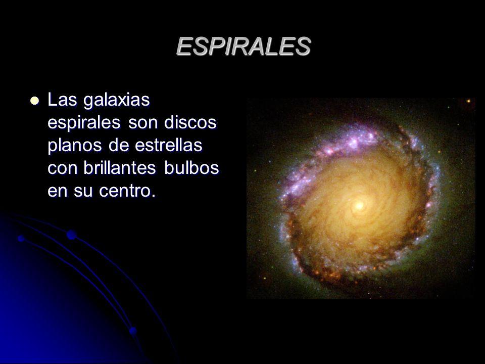 ESPIRALES Las galaxias espirales son discos planos de estrellas con brillantes bulbos en su centro.