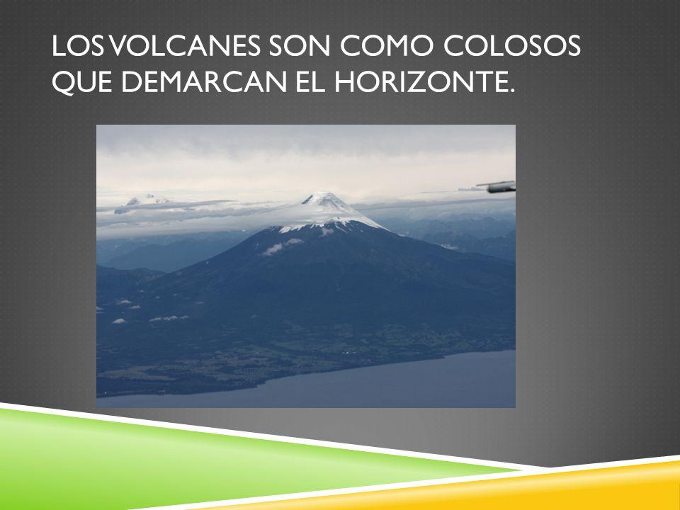 Los volcanes son como colosos que demarcan el horizonte.