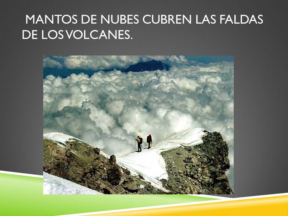 Mantos de nubes cubren las faldas de los volcanes.