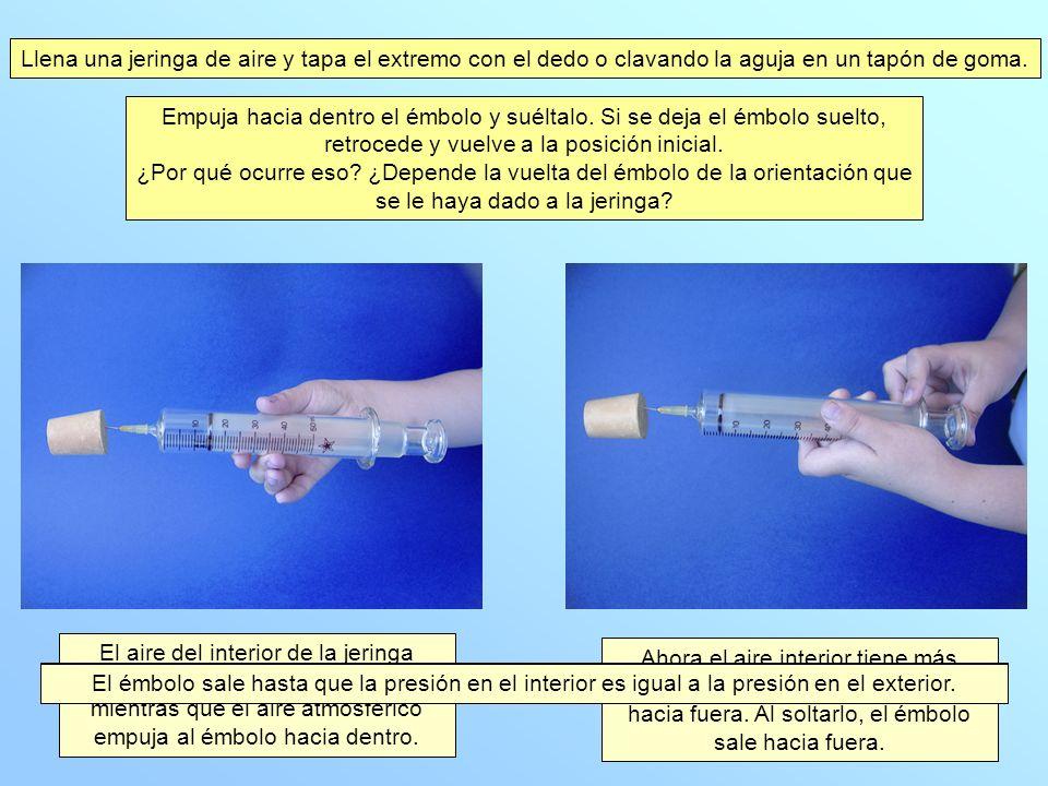 Llena una jeringa de aire y tapa el extremo con el dedo o clavando la aguja en un tapón de goma.