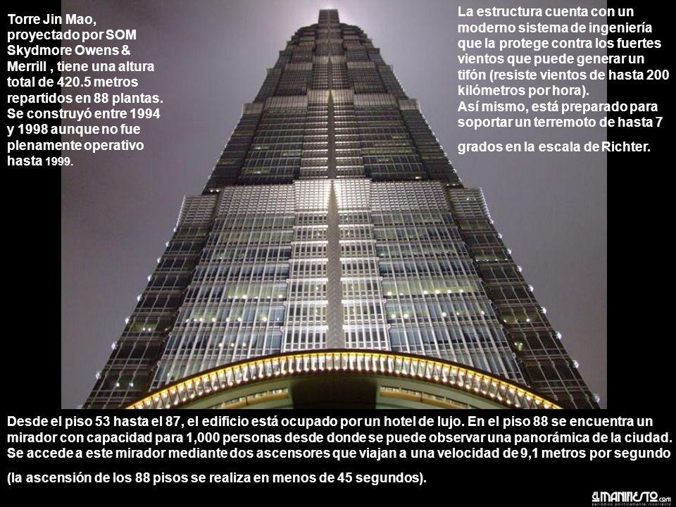 Torre Jin Mao, proyectado por SOM Skydmore Owens & Merrill , tiene una altura total de 420.5 metros repartidos en 88 plantas. Se construyó entre 1994 y 1998 aunque no fue plenamente operativo hasta 1999.