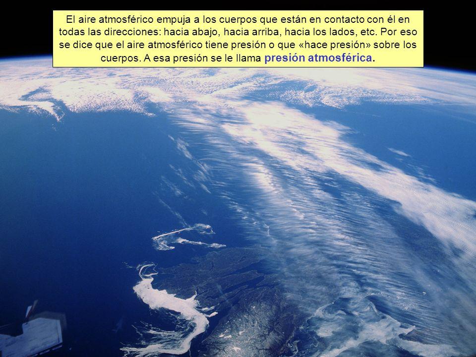 El aire atmosférico empuja a los cuerpos que están en contacto con él en todas las direcciones: hacia abajo, hacia arriba, hacia los lados, etc.