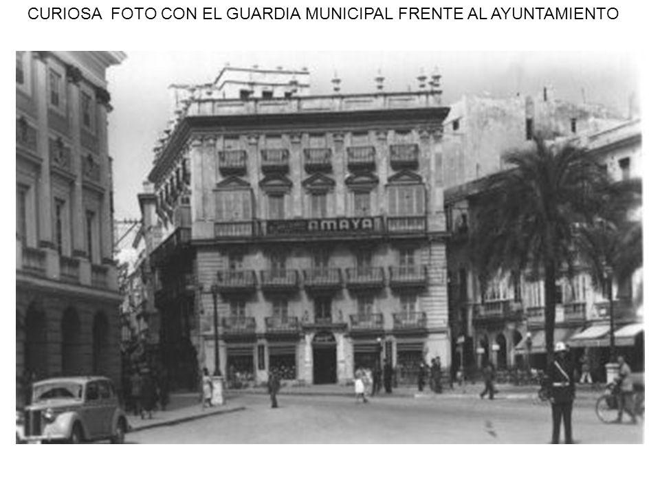 CURIOSA FOTO CON EL GUARDIA MUNICIPAL FRENTE AL AYUNTAMIENTO