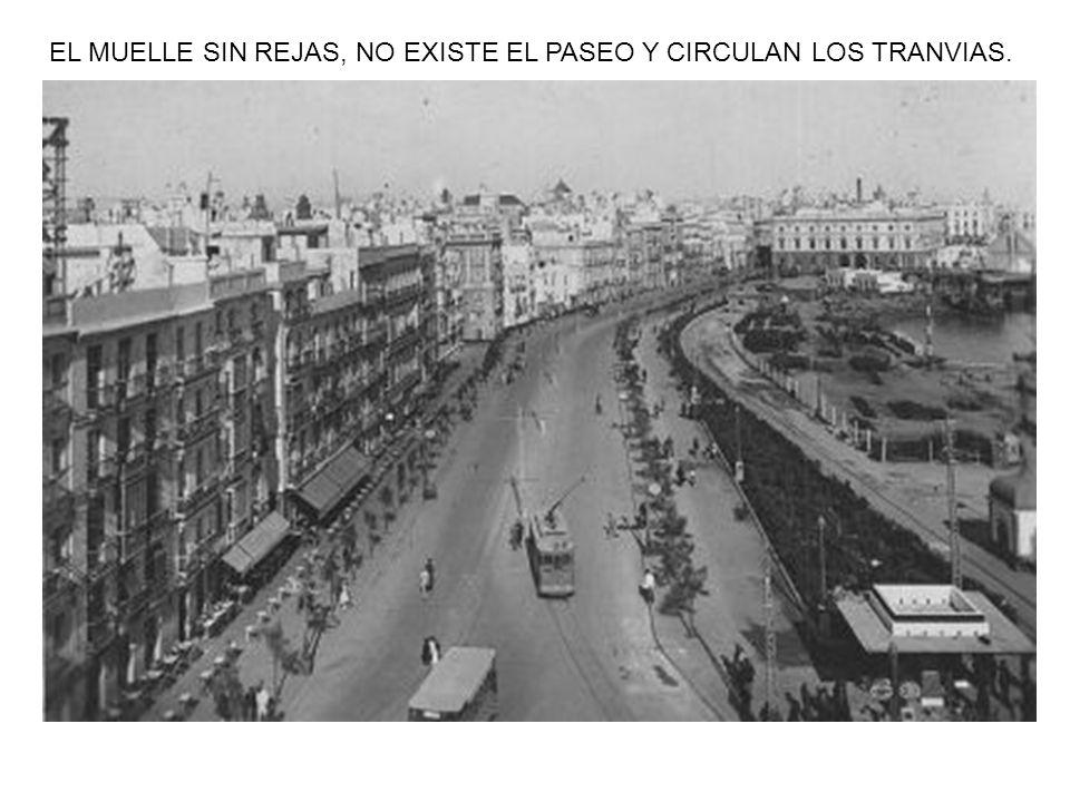 EL MUELLE SIN REJAS, NO EXISTE EL PASEO Y CIRCULAN LOS TRANVIAS.