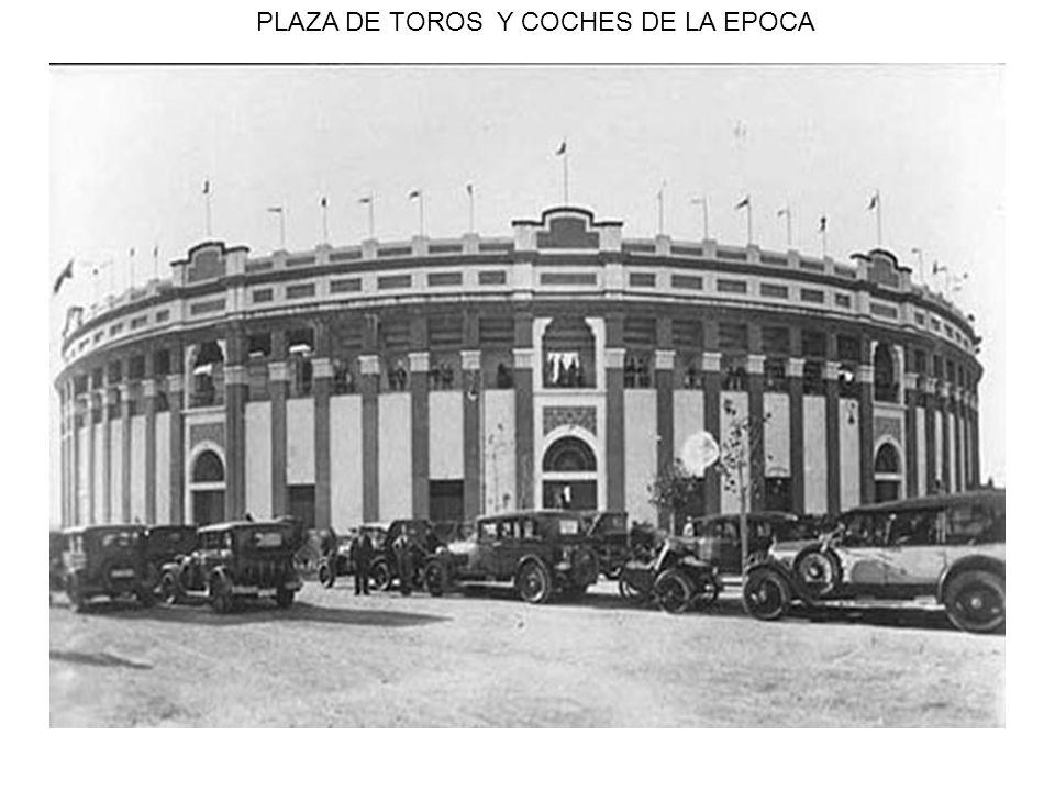 PLAZA DE TOROS Y COCHES DE LA EPOCA