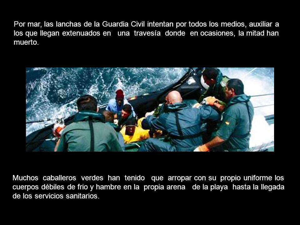 Por mar, las lanchas de la Guardia Civil intentan por todos los medios, auxiliar a los que llegan extenuados en una travesía donde en ocasiones, la mitad han muerto.