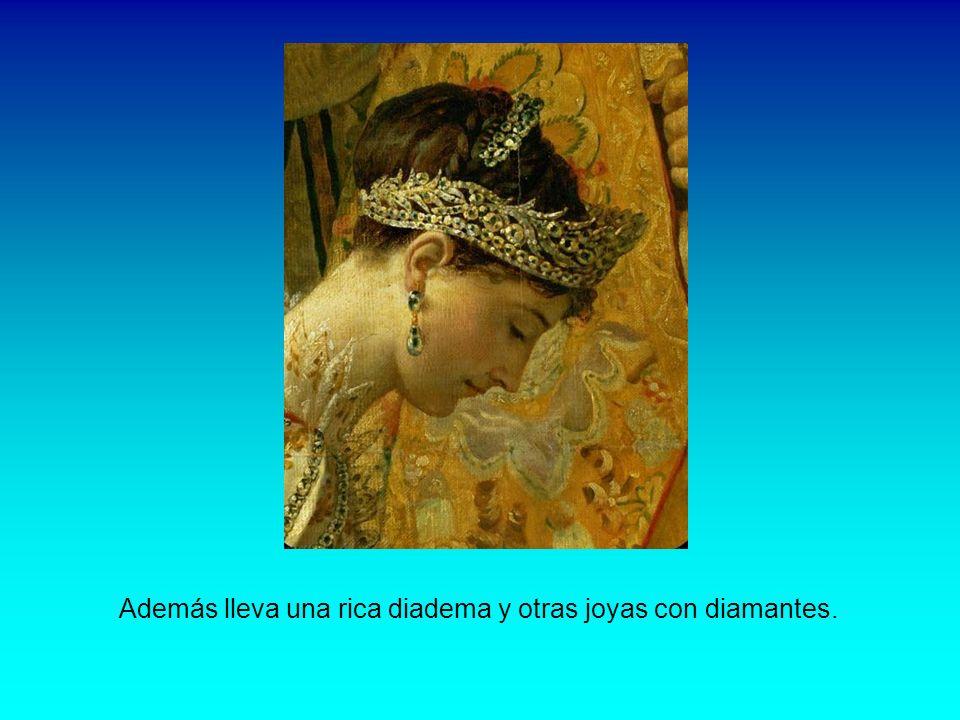 Además lleva una rica diadema y otras joyas con diamantes.