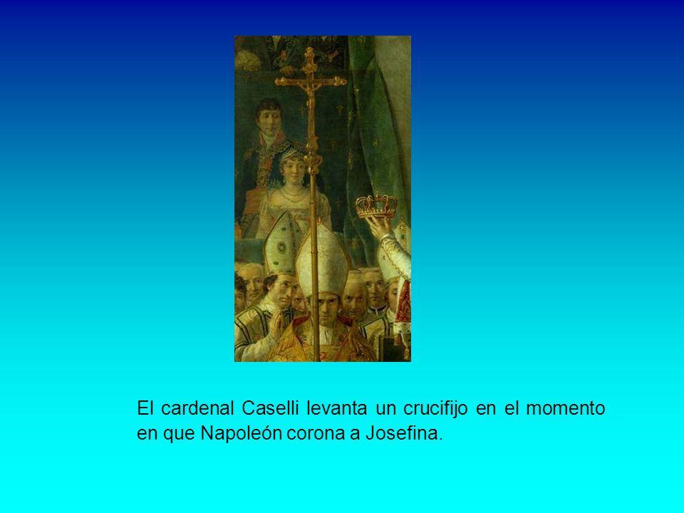 El cardenal Caselli levanta un crucifijo en el momento