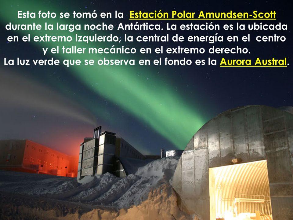 La luz verde que se observa en el fondo es la Aurora Austral.