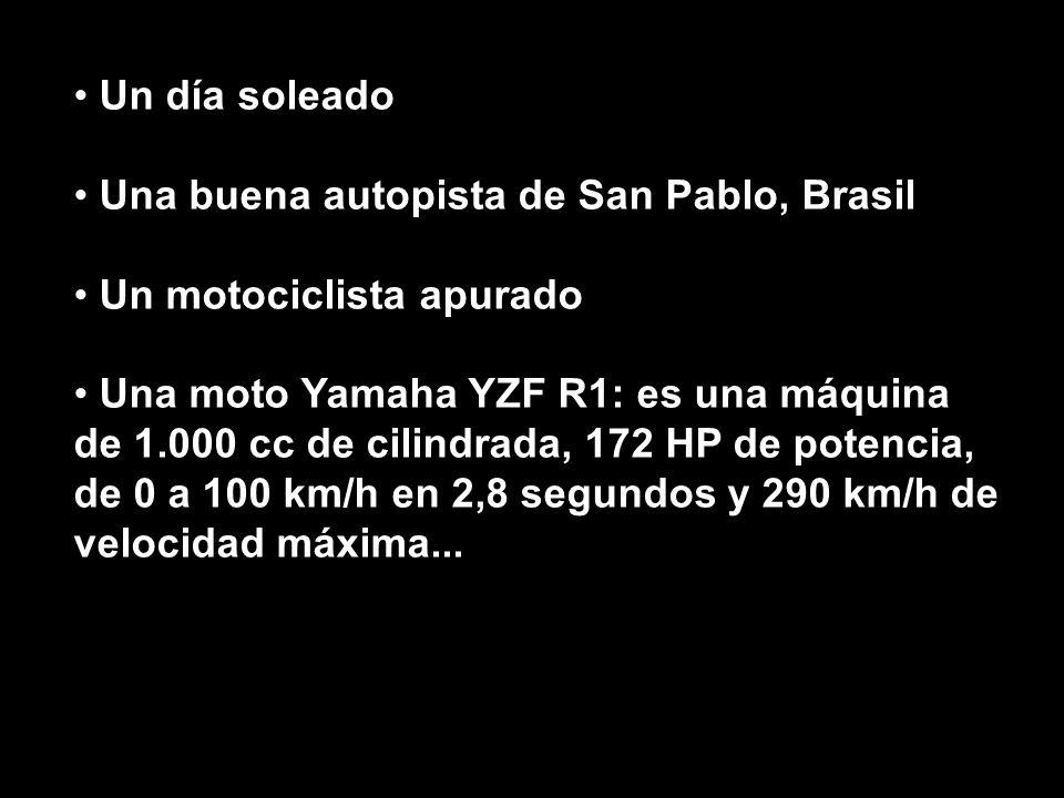 Un día soleado Una buena autopista de San Pablo, Brasil. Un motociclista apurado.