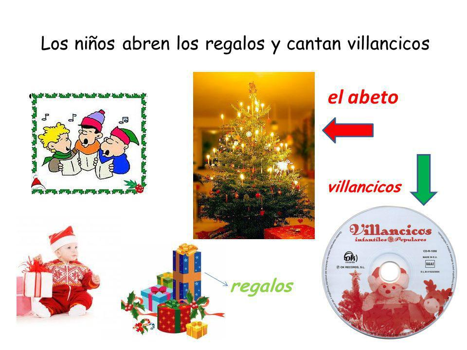 Los niños abren los regalos y cantan villancicos