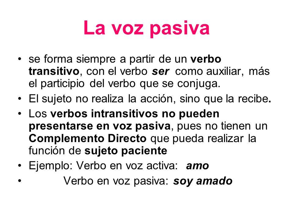 La voz pasiva se forma siempre a partir de un verbo transitivo, con el verbo ser como auxiliar, más el participio del verbo que se conjuga.