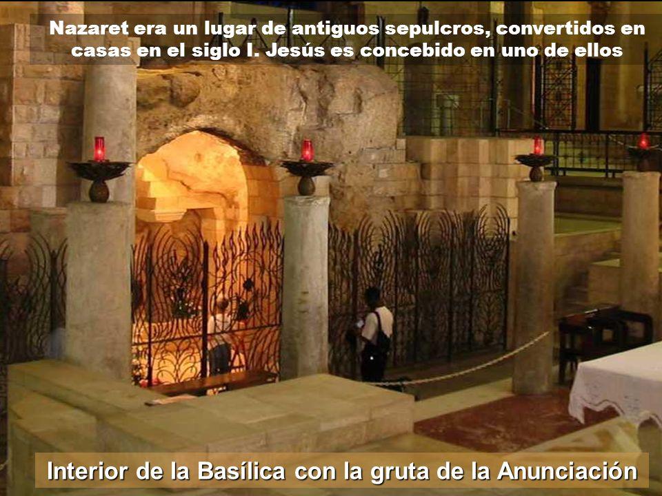 Interior de la Basílica con la gruta de la Anunciación